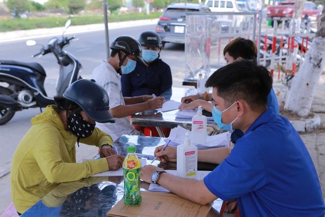 Quảng Nam đề nghị người dân không đến Đà Nẵng trong thời điểm này; Quảng Ngãi lên phương án đón bà con có hoàn cảnh khó khăn đang ở TPHCM về quê - Ảnh 1.