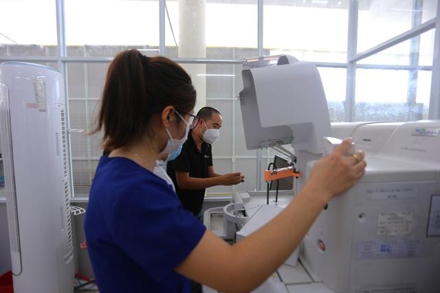 Ảnh: Bệnh viện dã chiến số 1 quy mô 1.700 giường điều trị bệnh nhân COVID-19 ở Đà Nẵng hoạt động - Ảnh 4.
