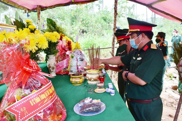 Dâng hương 13 liệt sĩ hy sinh khi làm nhiệm vụ cứu nạn tại Thủy điện Rào Trăng 3 dịp 27/7 - Ảnh 1.