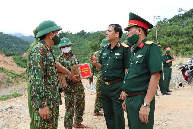 Dâng hương 13 liệt sĩ hy sinh khi làm nhiệm vụ cứu nạn tại Thủy điện Rào Trăng 3 dịp 27/7 - Ảnh 2.