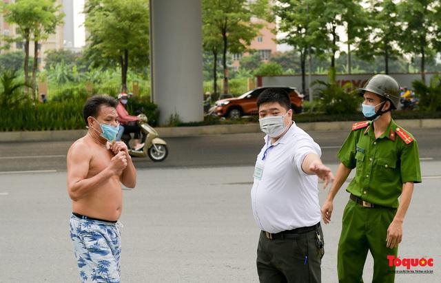 Hà Nội: Người dân thủ đô bị lập biên bản, nhắc nhở khi đi tập thể dục - Ảnh 6.