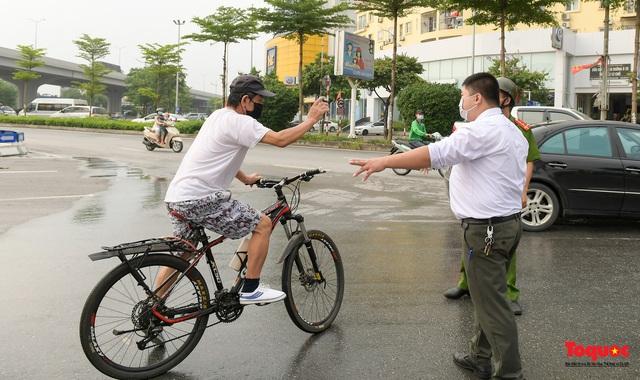 Hà Nội: Người dân thủ đô bị lập biên bản, nhắc nhở khi đi tập thể dục - Ảnh 11.