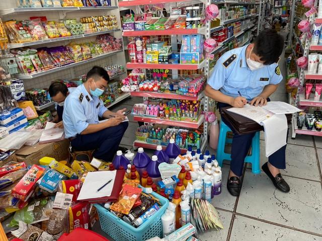 """Thu giữ hơn 400 sản phẩm nhập lậu tại cửa hàng """"Gì cũng có"""" - Ảnh 1."""