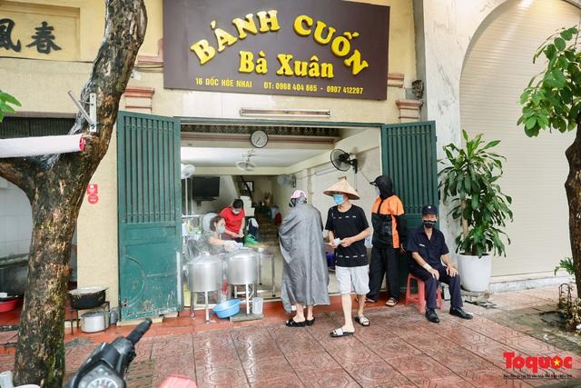 Hàng bánh cuốn nổi tiếng Hà Nội bán 100 suất mang về mỗi ngày giữa mùa dịch - Ảnh 1.