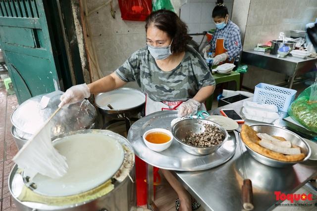 Hàng bánh cuốn nổi tiếng Hà Nội bán 100 suất mang về mỗi ngày giữa mùa dịch - Ảnh 2.