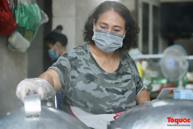 Hàng bánh cuốn nổi tiếng Hà Nội bán 100 suất mang về mỗi ngày giữa mùa dịch - Ảnh 3.