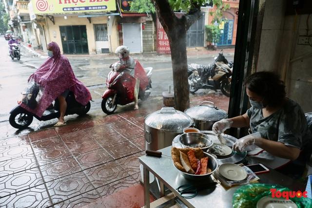 Hàng bánh cuốn nổi tiếng Hà Nội bán 100 suất mang về mỗi ngày giữa mùa dịch - Ảnh 8.
