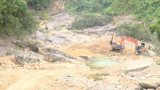 Dâng hương 13 liệt sĩ hy sinh khi làm nhiệm vụ cứu nạn tại Thủy điện Rào Trăng 3 dịp 27/7 - Ảnh 3.