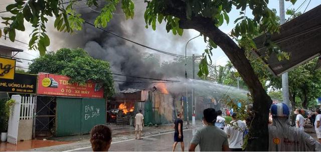 Hà Nội: Cháy lớn kho xưởng cạnh chung cư Đồng Tàu - Ảnh 1.