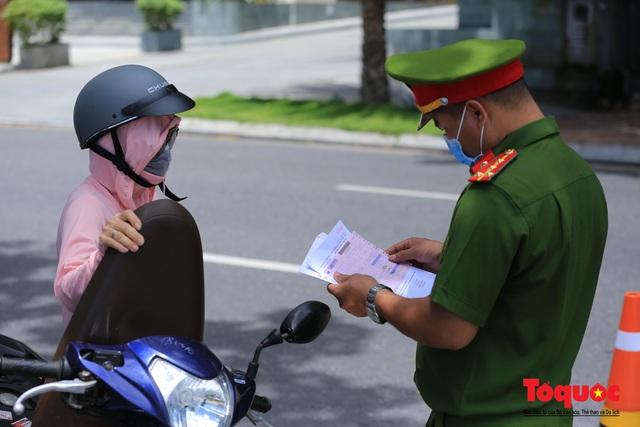 Đà Nẵng lập nhiều chốt trên các tuyến đường kiểm tra người ra đường không cần thiết - Ảnh 9.