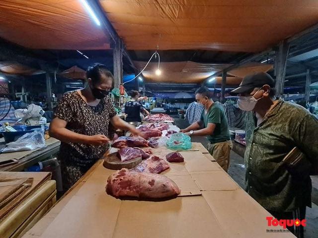 """Hà Nội: Người dân tranh thủ đi chợ sớm, tập thể dục """"nốt"""" trước giờ giãn cách xã hội - Ảnh 8."""
