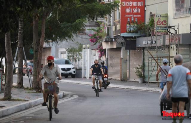 """Hà Nội: Người dân tranh thủ đi chợ sớm, tập thể dục """"nốt"""" trước giờ giãn cách xã hội - Ảnh 12."""