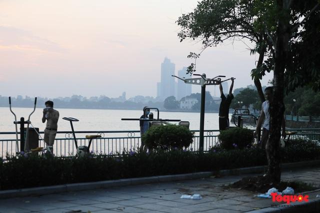 """Hà Nội: Người dân tranh thủ đi chợ sớm, tập thể dục """"nốt"""" trước giờ giãn cách xã hội - Ảnh 15."""