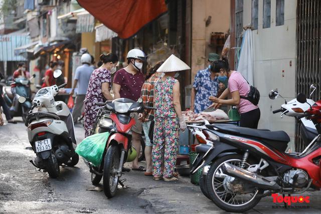 """Hà Nội: Người dân tranh thủ đi chợ sớm, tập thể dục """"nốt"""" trước giờ giãn cách xã hội - Ảnh 6."""