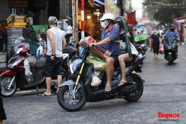 """Hà Nội: Người dân tranh thủ đi chợ sớm, tập thể dục """"nốt"""" trước giờ giãn cách xã hội - Ảnh 10."""
