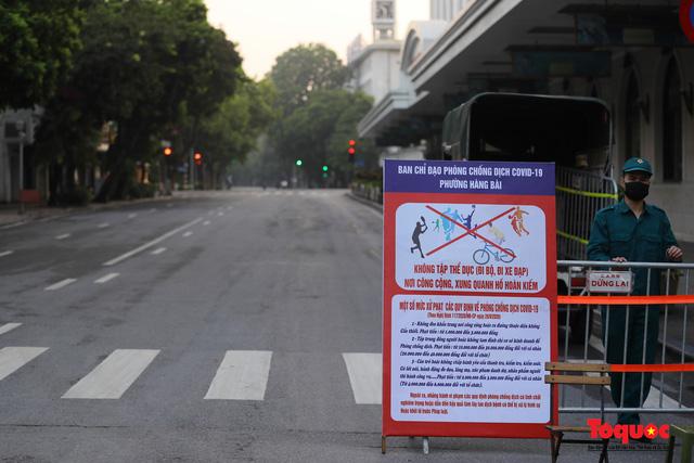 """Hà Nội: Người dân tranh thủ đi chợ sớm, tập thể dục """"nốt"""" trước giờ giãn cách xã hội - Ảnh 16."""