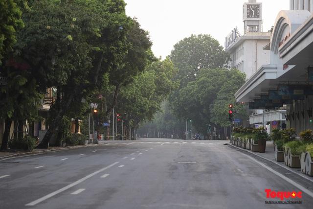 """Hà Nội: Người dân tranh thủ đi chợ sớm, tập thể dục """"nốt"""" trước giờ giãn cách xã hội - Ảnh 1."""