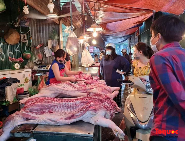 """Hà Nội: Người dân tranh thủ đi chợ sớm, tập thể dục """"nốt"""" trước giờ giãn cách xã hội - Ảnh 7."""