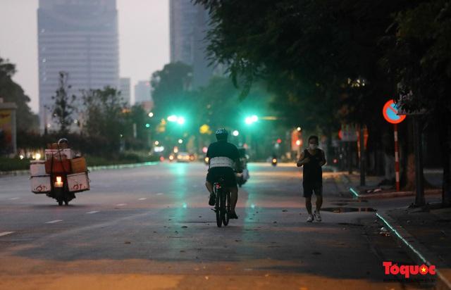 """Hà Nội: Người dân tranh thủ đi chợ sớm, tập thể dục """"nốt"""" trước giờ giãn cách xã hội - Ảnh 11."""