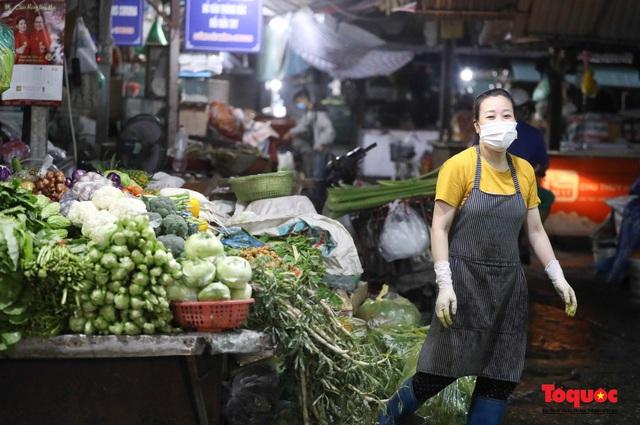 """Hà Nội: Người dân tranh thủ đi chợ sớm, tập thể dục """"nốt"""" trước giờ giãn cách xã hội - Ảnh 3."""