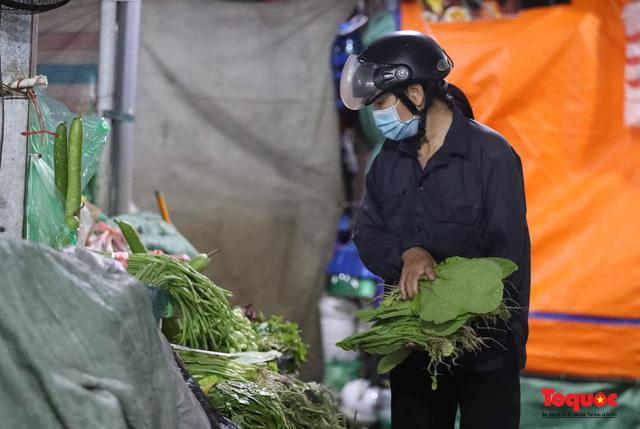 """Hà Nội: Người dân tranh thủ đi chợ sớm, tập thể dục """"nốt"""" trước giờ giãn cách xã hội - Ảnh 9."""