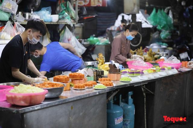 """Hà Nội: Người dân tranh thủ đi chợ sớm, tập thể dục """"nốt"""" trước giờ giãn cách xã hội - Ảnh 4."""