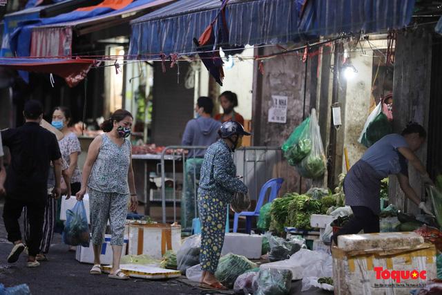 """Hà Nội: Người dân tranh thủ đi chợ sớm, tập thể dục """"nốt"""" trước giờ giãn cách xã hội - Ảnh 2."""
