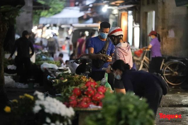 """Hà Nội: Người dân tranh thủ đi chợ sớm, tập thể dục """"nốt"""" trước giờ giãn cách xã hội - Ảnh 5."""