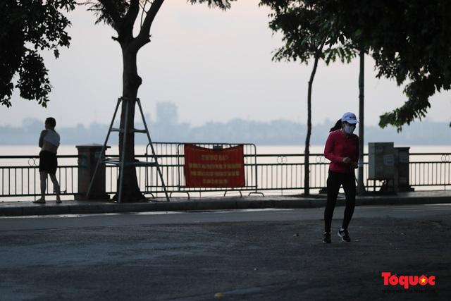 """Hà Nội: Người dân tranh thủ đi chợ sớm, tập thể dục """"nốt"""" trước giờ giãn cách xã hội - Ảnh 14."""