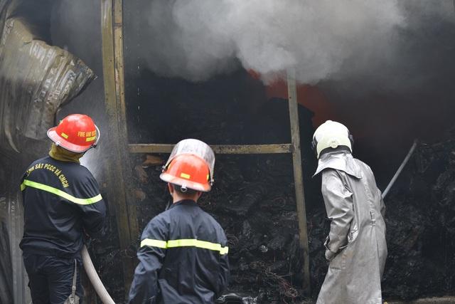 Hà Nội: Cháy lớn kho xưởng cạnh chung cư Đồng Tàu - Ảnh 6.