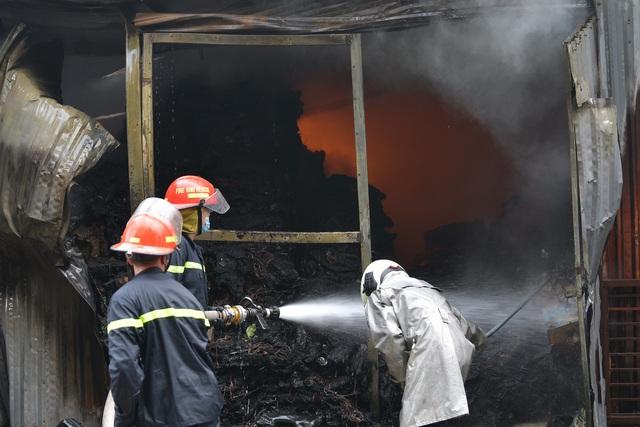Hà Nội: Cháy lớn kho xưởng cạnh chung cư Đồng Tàu - Ảnh 3.