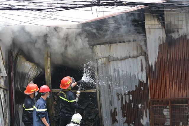 Hà Nội: Cháy lớn kho xưởng cạnh chung cư Đồng Tàu - Ảnh 5.