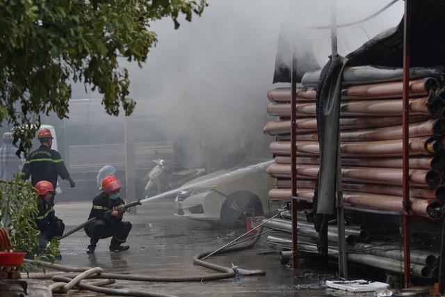 Hà Nội: Cháy lớn kho xưởng cạnh chung cư Đồng Tàu - Ảnh 2.