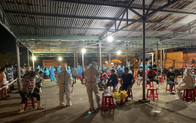 Ngành y tế lấy mẫu xét nghiệm cho các tiểu thương tại cảng cá Thọ Quang.