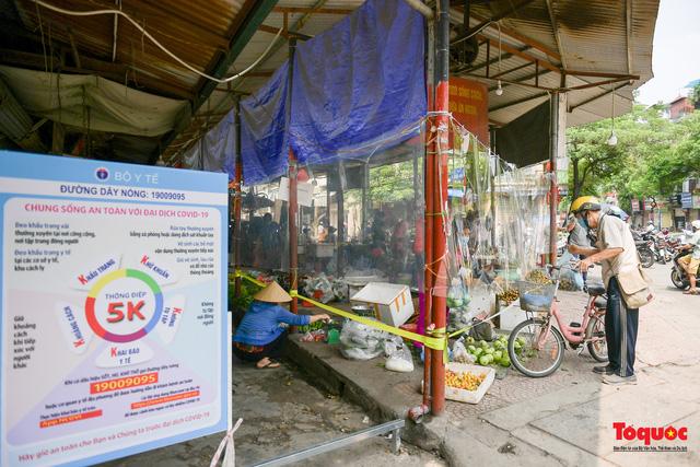 """Hà Nội: Chợ dân sinh dựng """"lô cốt mền"""" phòng dịch COVID-19 - Ảnh 2."""