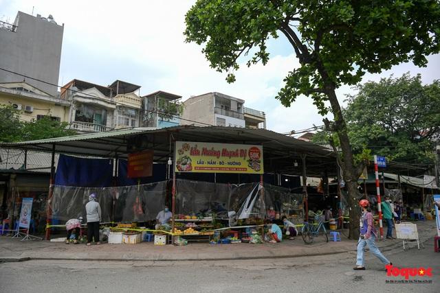 """Hà Nội: Chợ dân sinh dựng """"lô cốt mền"""" phòng dịch COVID-19 - Ảnh 1."""