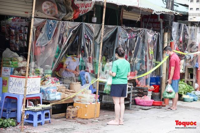 """Hà Nội: Chợ dân sinh dựng """"lô cốt mền"""" phòng dịch COVID-19 - Ảnh 4."""