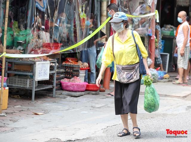 """Hà Nội: Chợ dân sinh dựng """"lô cốt mền"""" phòng dịch COVID-19 - Ảnh 13."""