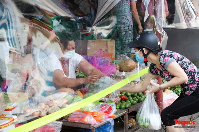 """Hà Nội: Chợ dân sinh dựng """"lô cốt mền"""" phòng dịch COVID-19 - Ảnh 11."""