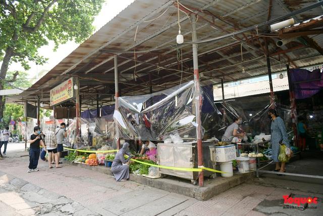 """Hà Nội: Chợ dân sinh dựng """"lô cốt mền"""" phòng dịch COVID-19 - Ảnh 3."""