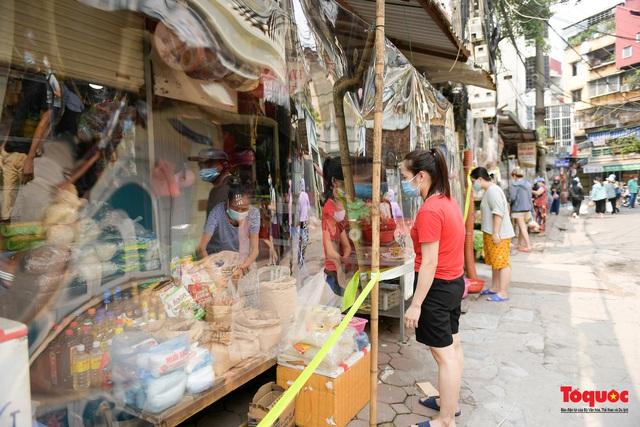 """Hà Nội: Chợ dân sinh dựng """"lô cốt mền"""" phòng dịch COVID-19 - Ảnh 8."""