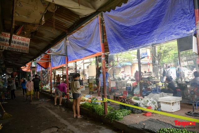 """Hà Nội: Chợ dân sinh dựng """"lô cốt mền"""" phòng dịch COVID-19 - Ảnh 7."""