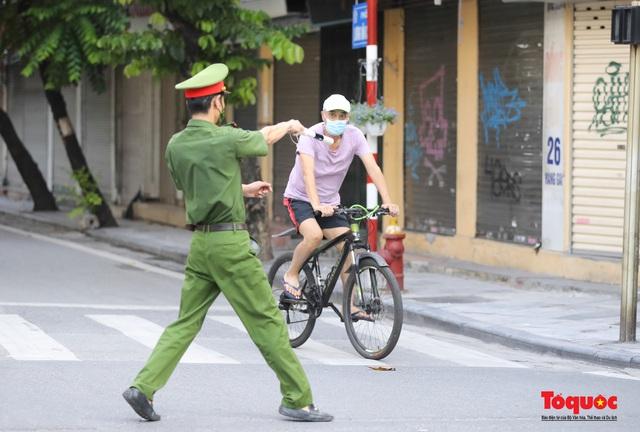 Hơn 1 ngày, Hà Nội xử phạt 291 trường hợp và 05 cơ sở vi phạm các quy định về giãn cách xã hội - Ảnh 1.