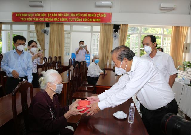 Phó Thủ tướng Trương Hòa Bình thăm, tặng quà người có công ở TPHCM - Ảnh 1.