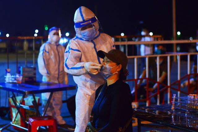 Ngành y tế Đà Nẵng lấy mẫu xét nghiệm COVID-19 cho tiểu thương, người lao động tại cảng cá Thọ Quang.