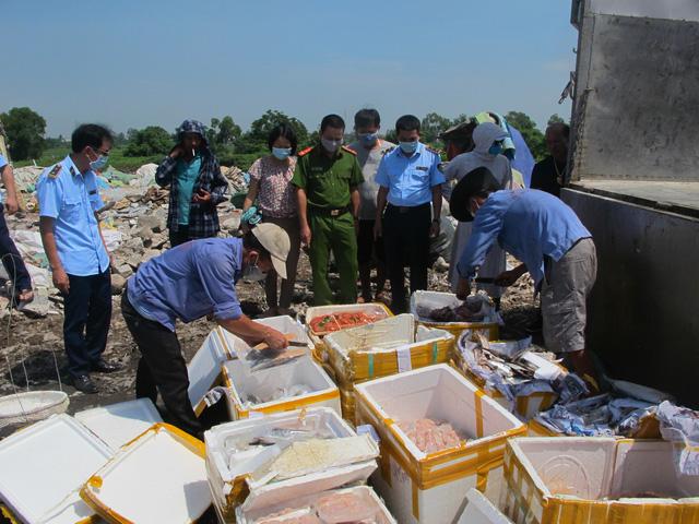Tiêu hủy gần nửa tấn thực phẩm tươi sống không rõ nguồn gốc xuất xứ - Ảnh 1.
