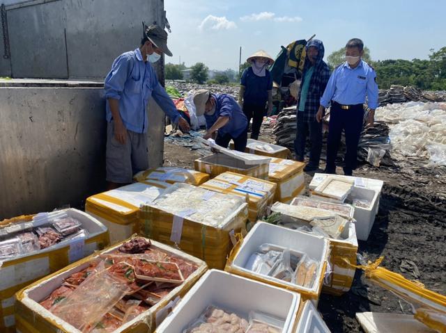 Tiêu hủy gần nửa tấn thực phẩm tươi sống không rõ nguồn gốc xuất xứ - Ảnh 2.