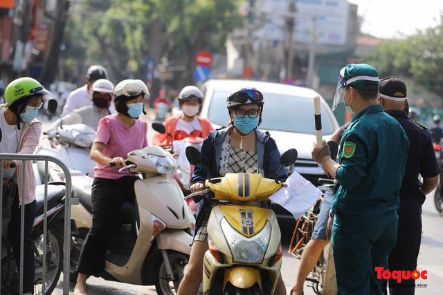 Công an Hà Nội đề nghị dỡ chốt phòng dịch ở các tuyến phố lớn - Ảnh 1.