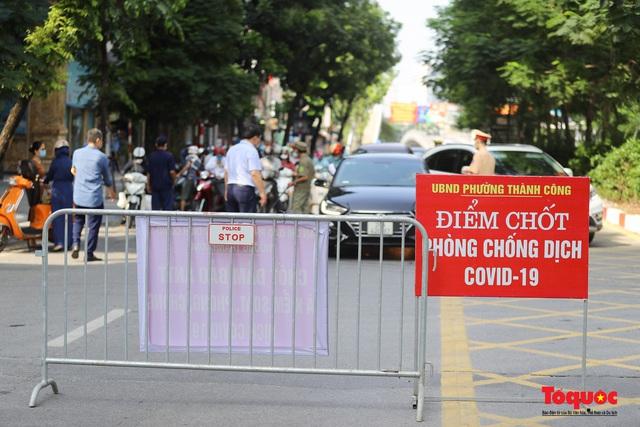Công an Hà Nội đề nghị dỡ chốt phòng dịch ở các tuyến phố lớn - Ảnh 2.