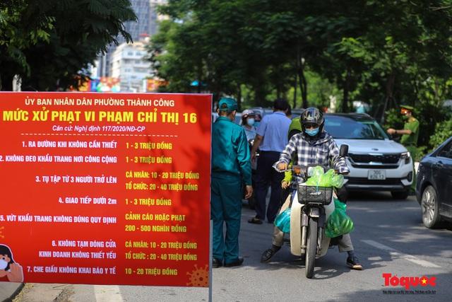 Công an Hà Nội đề nghị dỡ chốt phòng dịch ở các tuyến phố lớn - Ảnh 3.